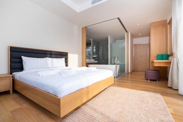 Interior design della camera da letto con vasca da bagno in villa, casa, casa, condominio e appartamento