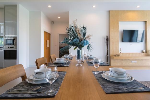 Il design degli interni della zona pranzo in un appartamento in villa di lusso presenta un tavolo da pranzo in legno
