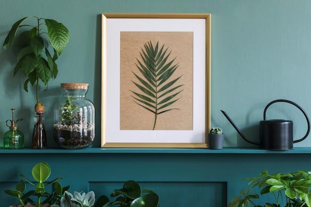 Interior design del soggiorno con cornice per foto sullo scaffale verde con piante in diversi vasi hipster, decorazioni ed eleganti accessori personali