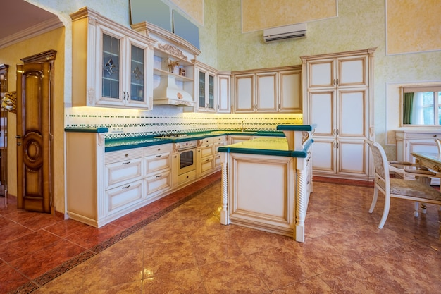 Interior design di una cucina moderna di lusso con il bancone e alcune sedie dietro