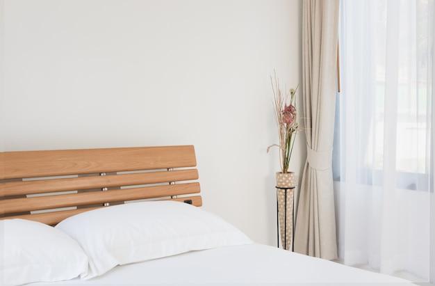 Camera da letto moderna dal design interno con bellissime tende bianche e beige