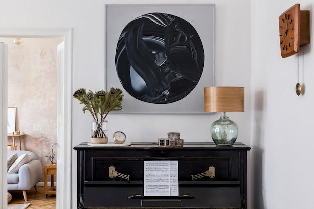 Interior design del soggiorno moderno con finti dipinti, mobili eleganti, pianoforte nero, fiori in vaso, lampada, orologio in legno ed eleganti accessori personali in un accogliente arredamento per la casa.