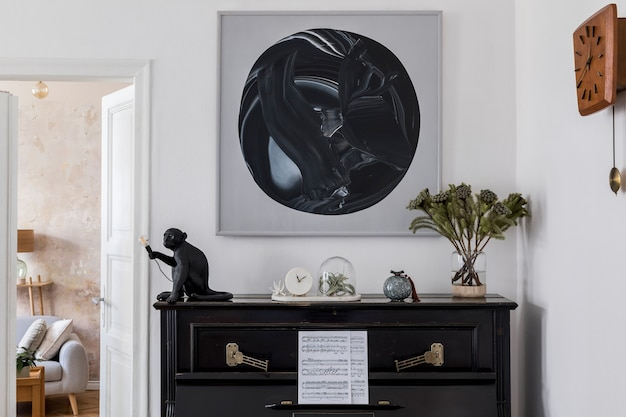 Interior design del soggiorno moderno con finti dipinti, mobili eleganti, pianoforte nero, piante, lampada, orologio in legno ed eleganti accessori personali in un accogliente arredamento per la casa.