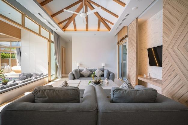 Il design degli interni della villa con piscina, della casa, della casa, del condominio e dell'appartamento presenta un divano nel soggiorno