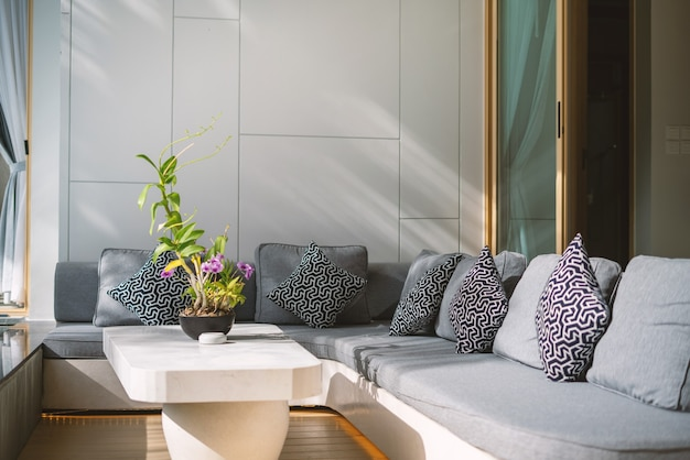 Interior design di villa con piscina, casa, casa, condominio e appartamento divano e cuscino nel soggiorno