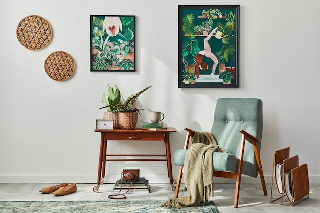 Interior design del soggiorno retrò con elegante poltrona vintage, mensola, piante da appartamento, cactus, decorazioni, tappeti e due finte cornici per poster sulla parete bianca. arredamento per la casa botanica. modello.