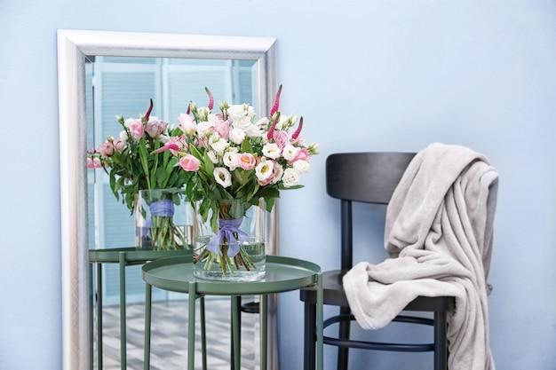 Interior design della stanza con bellissimi fiori