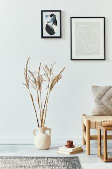 Interior design del soggiorno scandinavo con divano elegante, cornici per poster finte, libri, fiori secchi in vaso, decorazioni e accessori personali in decorazioni per la casa retrò