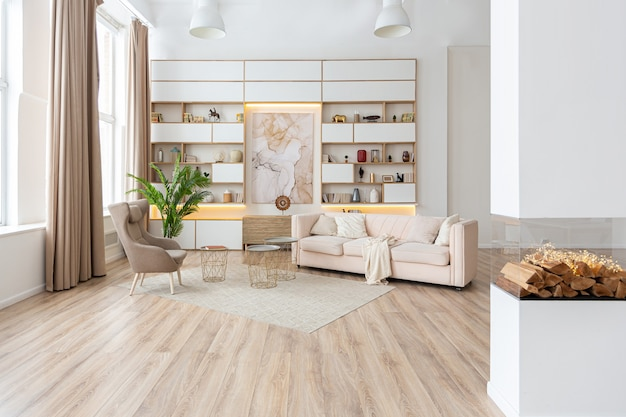 Appartamento monolocale spazioso e luminoso dal design interno in stile scandinavo e caldi colori pastello bianco e beige.