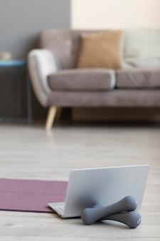 Design degli interni con manubri sul pavimento