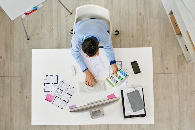 Interior designer incentrato sul lavoro