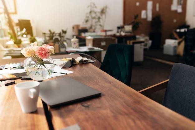 Posto di lavoro di interior designer con laptop e tavolozza di colori del tessuto