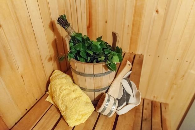 Dettagli interni sauna finlandese bagno turco con accessori per sauna tradizionali bacino betulla scopa paletta asciugamano in feltro