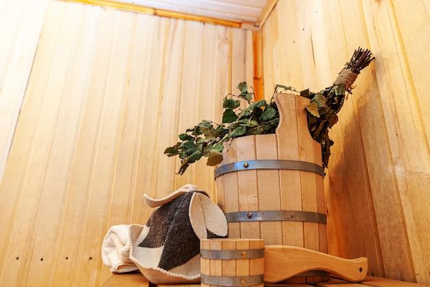 Dettagli interni sauna finlandese bagno turco con accessori per sauna tradizionale lavabo betulla scopa scoop cappello in feltro asciugamano.