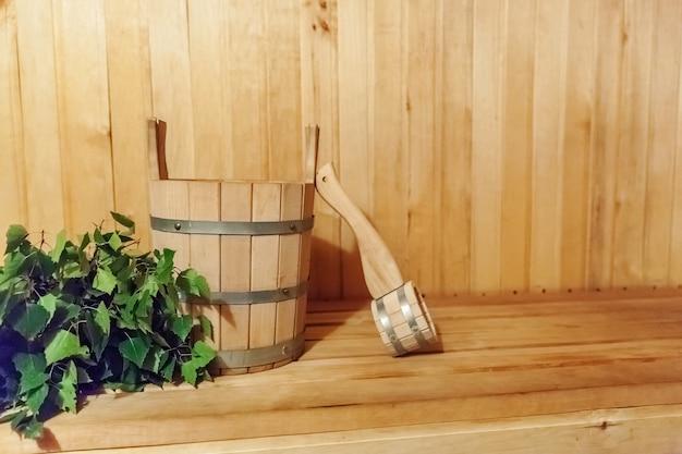 Dettagli interni sauna finlandese bagno turco con accessori per sauna tradizionale lavabo paletta scopa in betulla.