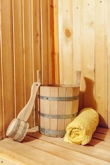 Dettagli interni sauna finlandese bagno turco con accessori per sauna tradizionale asciugamano paletta lavabo.