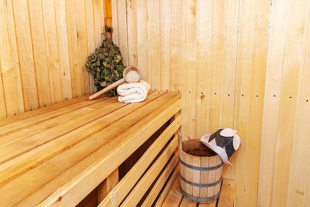 Dettagli interni sauna finlandese bagno turco con accessori per sauna tradizionali Foto Premium