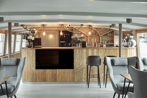 Dettagli interni del ristorante sulla nave. concetto di interior design di un ristorante su una nave