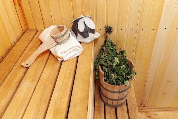 Dettagli interni tradizionale antico stabilimento balneare russo sauna finlandese spa e accessori