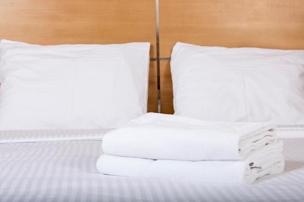 Interno di una camera d'albergo con letto matrimoniale