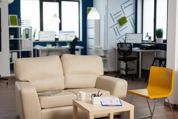 Interno di un ufficio creativo vuoto con luce oscura, nuovi affari, avviare una società senza persone al suo interno