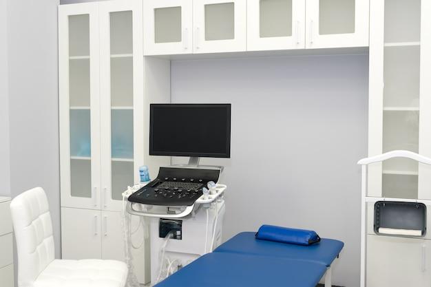 Interno della sala esame con macchina per ecografia nel laboratorio dell'ospedale. sfondo di moderne attrezzature mediche. ultra sound machine, usg, screening sonogramma