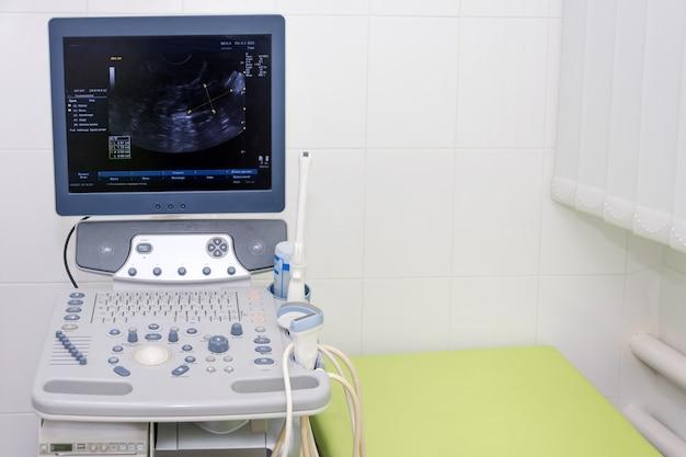 Interno della sala esame con macchina per ecografia nel laboratorio dell'ospedale