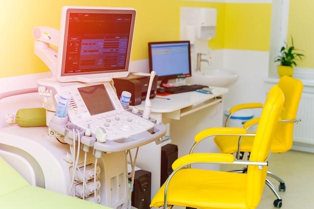 Interno della sala esame con macchina per ecografia in ospedale
