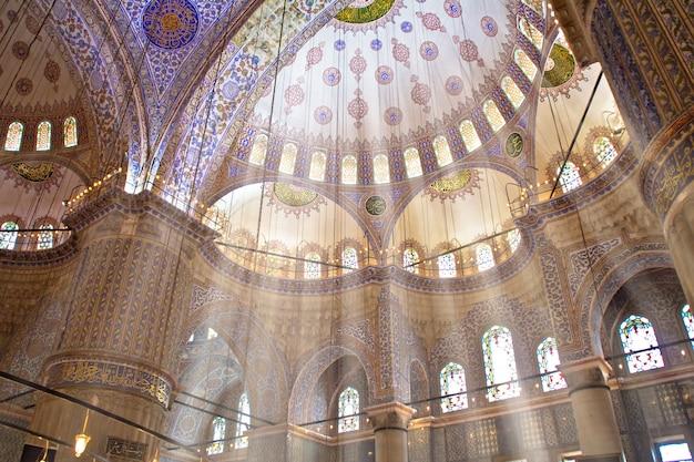 Interno della famosa moschea blu di istanbul, turchia