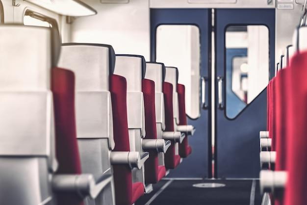 Interno dello spazio interno del vagone del treno suburbano