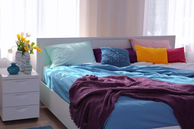 Interno della camera moderna leggera con plaid lilla