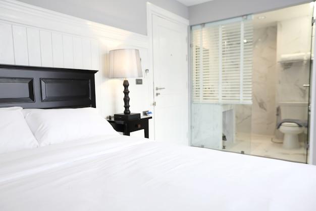 Interno di una camera da letto d'albergo di lusso con letto matrimoniale