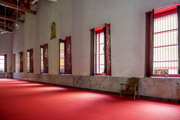 L'interno della sala principale di wat mahathat, area di rattanakosin, bangkok, tailandia