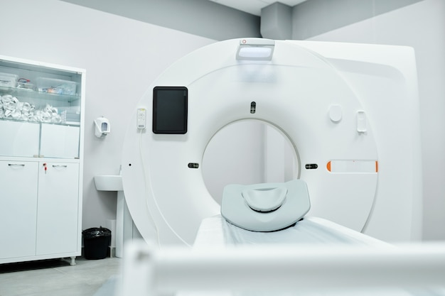 Interno della sala medica con macchina ad ultrasuoni, computer desktop, lettino da visita e stampante
