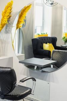 Interno del moderno salone di bellezza
