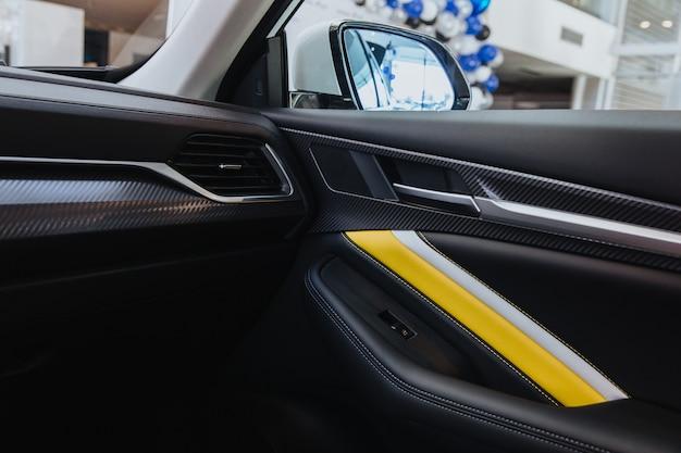 Interni di un'auto moderna all'interno dei pulsanti delle porte laterali pulsanti di regolazione della finestra serratura della porta