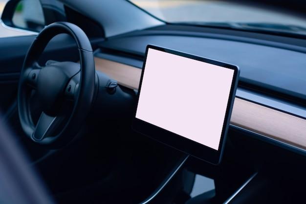 Interno di un'auto moderna. foto dell'interno di un'auto con un mockup di un tablet con uno schermo bianco.