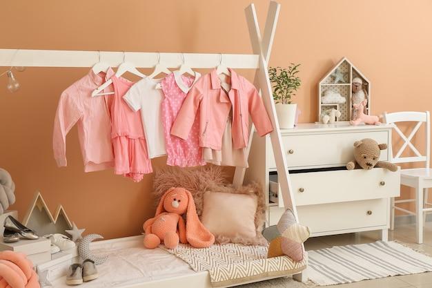 Interno della camera dei bambini moderna con letto comodo