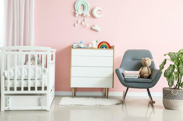 Interno della moderna camera per bambini con letto comodo