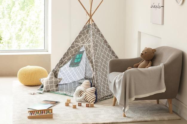 Interno della moderna camera per bambini con tenda da gioco e giocattoli
