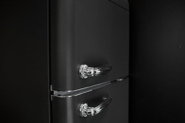 Interno della moderna cucina con frigorifero. retro frigo nero.