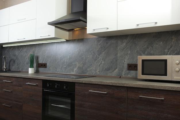 Interni di cucine moderne in colori scuri Foto Premium