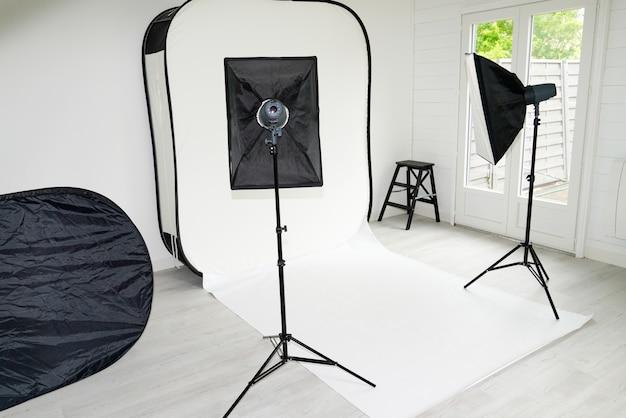 Interno della stanza moderna dello studio della foto con attrezzatura professionale