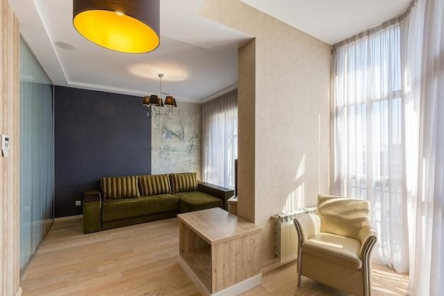 Interni in stile moderno di soggiorno nei colori bianchi
