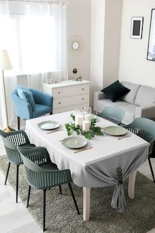 Interno della moderna ed elegante sala da pranzo