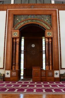 Interno della moschea per un musulmano per eseguire le preghiere