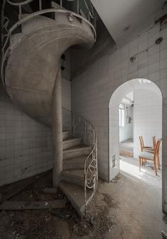 Interno di un vecchio palazzo abbandonato