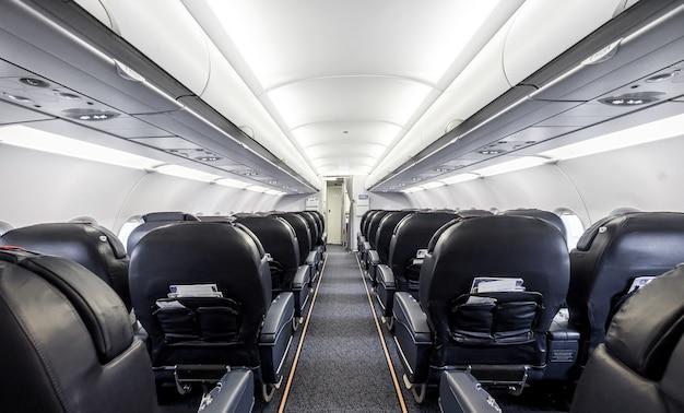 Interno dell'aereo passeggeri con sedili in pelle