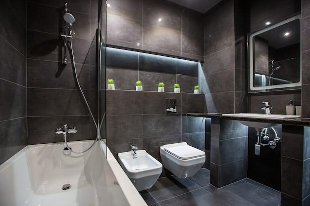 Foto di interni di un bagno in un moderno stile di colore scuro