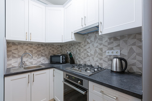 Foto degli interni della cucina nei colori moderni bianchi
